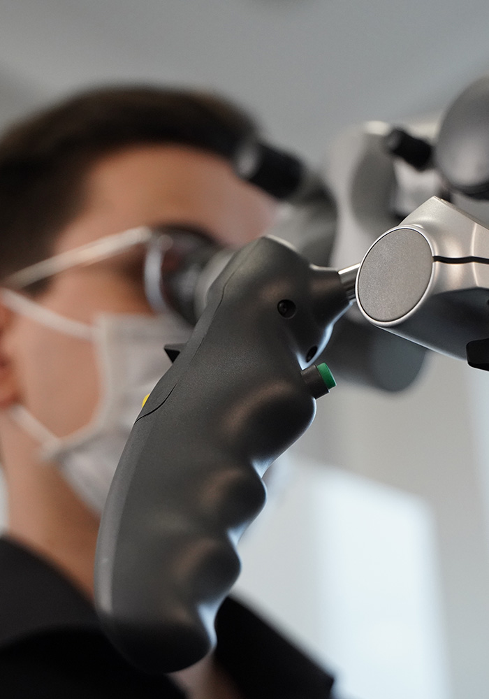 Dr. Jöran Felgner führt Wurzelbehandlung Leipzig mit OP-Mikroskop durch.