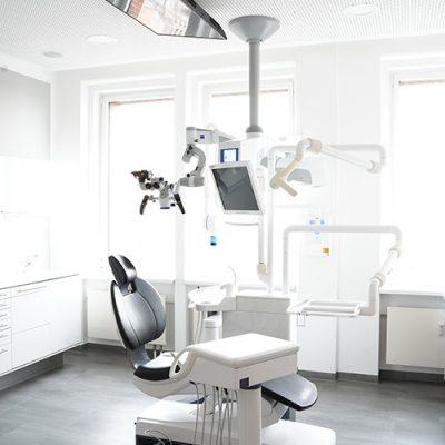 Modernes Behandlungszimmer in der Zahnarztpraxis Felgner in Leipzig.