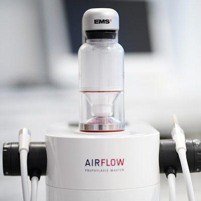Air flow der Praxis Felgner für eine besonders schonende Zahnreinigung
