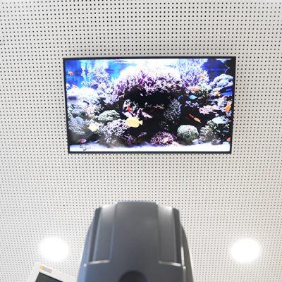 In der Zahnarztpraxis Felgner in Leipzig hängt ein großer Bildschirm